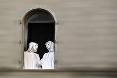 Η ιέρεια και ο μάγος με μαγικό απόκρυφο μασονικό μασκών κατοικούν Στοκ εικόνες με δικαίωμα ελεύθερης χρήσης