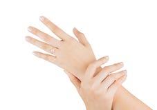 Η διαθέσιμη γυναίκα χεριών δαχτυλιδιών απομονώνει στο άσπρο υπόβαθρο Στοκ Φωτογραφίες