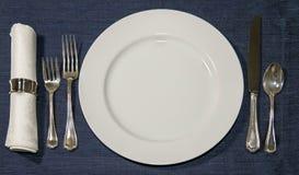 η διαθέσιμη gingham δικράνων τροφίμων σχεδίου μαχαιροπήρουνων ανασκόπησης διαγώνια μαχαιριών καταλόγων επιλογής θέσεων τιμή τών π Στοκ Φωτογραφία