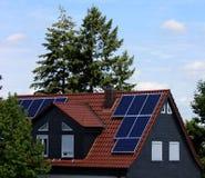 Ηλιακά κύτταρα σε μια στέγη Στοκ Εικόνες
