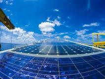 Ηλιακά κύτταρα στη μακρινή πλατφόρμα πηγών πετρελαίου και φυσικού αερίου στοκ εικόνες