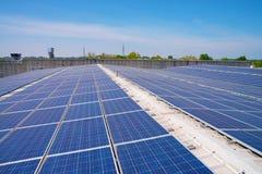 Ηλιακά κύτταρα στη στέγη ενός εργοστασίου στοκ εικόνα με δικαίωμα ελεύθερης χρήσης