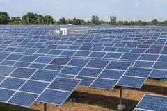Ηλιακά κύτταρα στο σταθμό παραγωγής ηλεκτρικού ρεύματος στοκ εικόνα με δικαίωμα ελεύθερης χρήσης