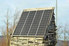 Ηλιακά πλαίσια που τοποθετούνται στο ξύλινο υπόστεγο Στοκ εικόνα με δικαίωμα ελεύθερης χρήσης