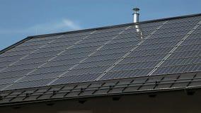 Ηλιακά πλαίσια σε μια στέγη ενός σπιτιού απόθεμα βίντεο