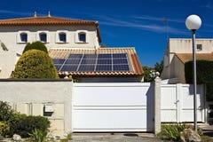 Ηλιακά πλαίσια στη στέγη ενός ιδιωτικού σπιτιού στοκ εικόνα