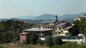 Ηλιακά πλαίσια στη στέγη ενός μεγάλου σπιτιού απόθεμα βίντεο