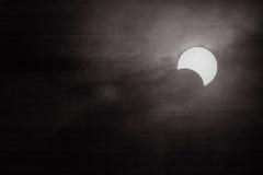 Ηλιακή έκλειψη με τα γραπτά υπόβαθρα Στοκ Φωτογραφίες