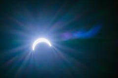 Ηλιακή έκλειψη με τα υπόβαθρα ελαφριών αποτελεσμάτων Στοκ Εικόνες