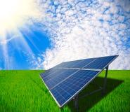 Ηλιακή ενέργεια για τη βιώσιμη ανάπτυξη του πράσινου λιβαδιού Στοκ Φωτογραφίες
