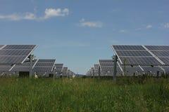 Ηλιακή ενέργεια, ηλιακά πλαίσια, ανανεώσιμες ενέργειες Στοκ εικόνες με δικαίωμα ελεύθερης χρήσης