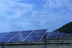 Ηλιακή ενέργεια, ηλιακά πλαίσια, ανανεώσιμες ενέργειες Στοκ εικόνα με δικαίωμα ελεύθερης χρήσης