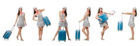Η διακινούμενη γυναίκα με τη βαλίτσα που απομονώνεται στο λευκό Στοκ Φωτογραφίες