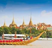Η διακοσμημένη φορτηγίδα παρελαύνει μετά από το μεγάλο παλάτι στον ποταμό Chao Phraya Στοκ Φωτογραφία