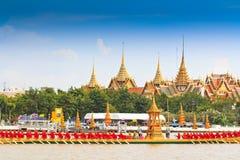 Η διακοσμημένη φορτηγίδα παρελαύνει μετά από το μεγάλο παλάτι στον ποταμό Chao Phraya Στοκ εικόνες με δικαίωμα ελεύθερης χρήσης