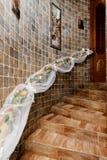 Η διακοσμητική σκάλα ανθίζει τα ξύλινα κεραμίδια σκαλοπατιών στοκ φωτογραφίες