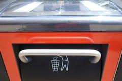 Ηλιακός-τροφοδοτημένος συμπιεστής απορριμμάτων στοκ φωτογραφία
