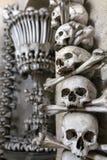 Η διακόσμηση έκανε από τα ανθρώπινα κόκκαλα και τα κρανία στην εκκλησία κόκκαλων ή το οστεοφυλάκιο Sedlec Στοκ Εικόνες