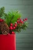 Η διακόσμηση αειθαλών και Χριστουγέννων μούρων, κλείνει μακριά αριστερά Στοκ Εικόνα