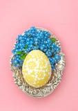 Η διακόσμηση αυγών Πάσχας με ξεχνά όχι ροζ λουλουδιών Στοκ Εικόνες