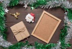 Η διακόσμηση του πλαισίου ημέρας των Χριστουγέννων και εικόνων είναι στον ξύλινο Στοκ φωτογραφία με δικαίωμα ελεύθερης χρήσης