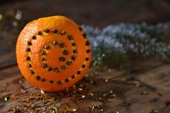 Η διακόσμηση τροφίμων Χριστουγέννων, πορτοκάλι, γαρίφαλα, κλάδος του FIR, ακτινοβολεί Στοκ φωτογραφίες με δικαίωμα ελεύθερης χρήσης