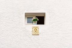 Ηλιακό ρολόι κάτω από Wiindow στοκ φωτογραφίες