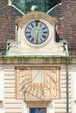 Ηλιακό ρολόι και ρολόι στην πρόσοψη Amalienburg, Βιέννη, Αυστρία Στοκ Φωτογραφία