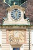 Ηλιακό ρολόι και ρολόι στην πρόσοψη Amalienburg, Βιέννη, Αυστρία Στοκ Φωτογραφίες