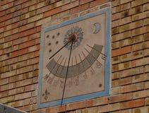 Ηλιακό ρολόι που εγκαθίσταται στον τοίχο στοκ φωτογραφία με δικαίωμα ελεύθερης χρήσης