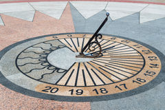 Ηλιακό ρολόι που παρουσιάζει το χρόνο Στοκ εικόνα με δικαίωμα ελεύθερης χρήσης