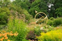 Ηλιακό ρολόι στη μέση των λουλουδιών των λόγων κάστρων Στοκ φωτογραφίες με δικαίωμα ελεύθερης χρήσης