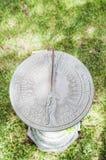 Ηλιακό ρολόι στη χλόη στοκ φωτογραφία