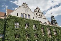 Ηλιακό ρολόι στο κτήριο τοίχων Στοκ φωτογραφία με δικαίωμα ελεύθερης χρήσης
