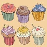 Η διανυσματική γραπτή απεικόνιση cupcakes με την κρέμα, κεράσι και ψεκάζει τη ζάχαρη Στοκ φωτογραφία με δικαίωμα ελεύθερης χρήσης
