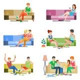 Η διανυσματική επίπεδη οικογενειακή συνεδρίαση φίλων ζευγών ανθρώπων στον καναπέ χαλαρώνει διανυσματική απεικόνιση