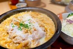 Η ιαπωνική κουζίνα, Katsu Toji ή τηγανισμένο πασπαλισμένο με ψίχουλα Tenderloin χοιρινού κρέατος με τα βρασμένα αυγά εξυπηρέτησαν στοκ εικόνες με δικαίωμα ελεύθερης χρήσης