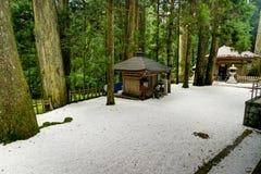 Η ιαπωνική λάρνακα ναών παραδοσιακού κτηρίου με το άσπρο αμμοχάλικο στοκ εικόνες