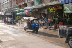 Η διασκέδαση ατμόσφαιρας της Ταϊλάνδης Songkran, δροσίζει και χαμογελά Στοκ Φωτογραφίες