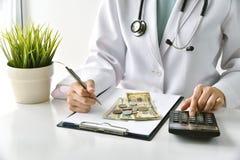 Η ιατρική αμοιβή, ασφάλεια υγείας, σημείωση φαρμάκων γραψίματος γιατρών και υπολογίζει τις δαπάνες εξέτασης στο νοσοκομείο στοκ εικόνες