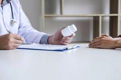Η ιατρική και η έννοια υγειονομικής περίθαλψης, παρουσίαση καθηγητή Doctor εκθέτουν και συστήνουν μια μέθοδο με την υπομονετική θ στοκ εικόνα με δικαίωμα ελεύθερης χρήσης