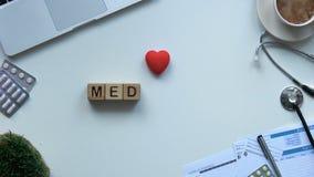 Η ιατρική, λέξη φιαγμένη από ξύλινους κύβους στους γιατρούς παρουσιάζει, τοπ άποψη μεταρρύθμισης υγειονομικής περίθαλψης φιλμ μικρού μήκους