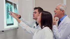 Η ιατρική ομάδα η ακτίνα X στο των ακτίνων X κιβώτιο άποψης απόθεμα βίντεο