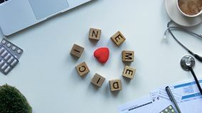 Η ιατρική στους ξύλινους κύβους που κινούνται γύρω από την καρδιά παιχνιδιών στους γιατρούς παρουσιάζει, σταματά την κίνηση απόθεμα βίντεο