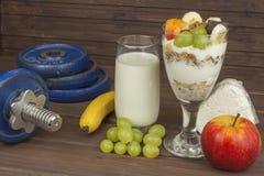 Η διατροφή για τους αθλητές χτίζει τη μάζα μυών Πρωτεϊνικό πρόχειρο φαγητό Γαλακτοκομικά προϊόντα και αλτήρες Στοκ εικόνες με δικαίωμα ελεύθερης χρήσης