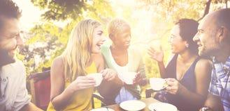 Η διαφορετική καφετερία ανθρώπων κουβεντιάζει υπαίθρια την έννοια Στοκ Εικόνες