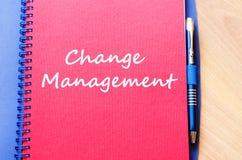 Η διαχείριση αλλαγής γράφει στο σημειωματάριο Στοκ Εικόνες