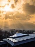 Ηλιαχτίδες πέρα από μια ιαπωνική κοιλάδα στοκ εικόνες