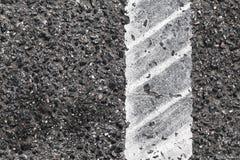 Η διαχωριστική γραμμή με τη διαδρομή ροδών, κλείνει επάνω Στοκ Φωτογραφία