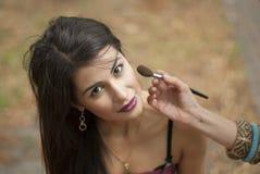 Η διαδικασία έναν πυροβολισμό η επιβολή του makeup Στοκ εικόνες με δικαίωμα ελεύθερης χρήσης